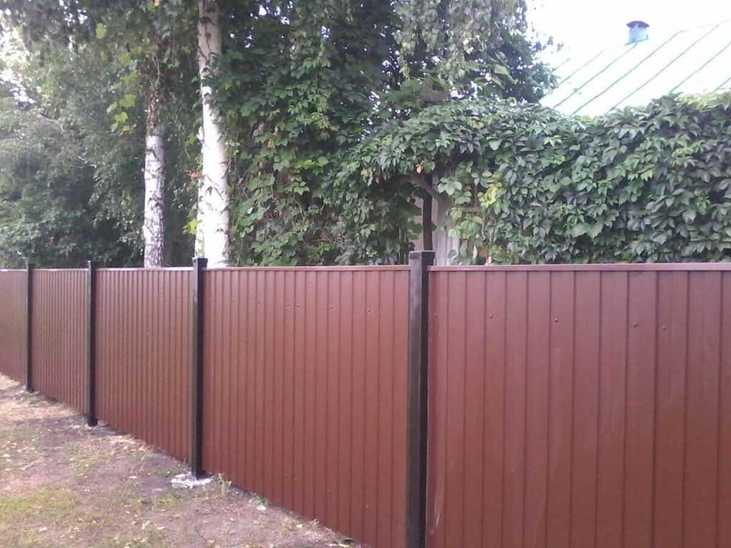 11 2 1024x768 - Як побудувати паркан з профнастилу своїми руками