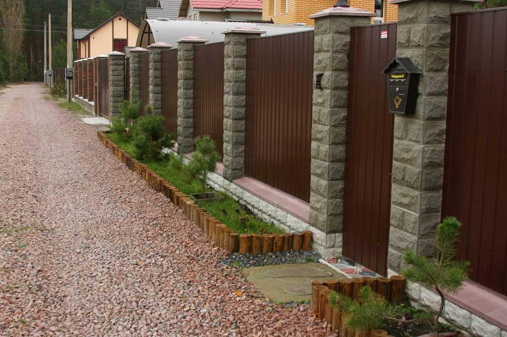 2 1 2 1024x682 - Як побудувати паркан з профнастилу своїми руками