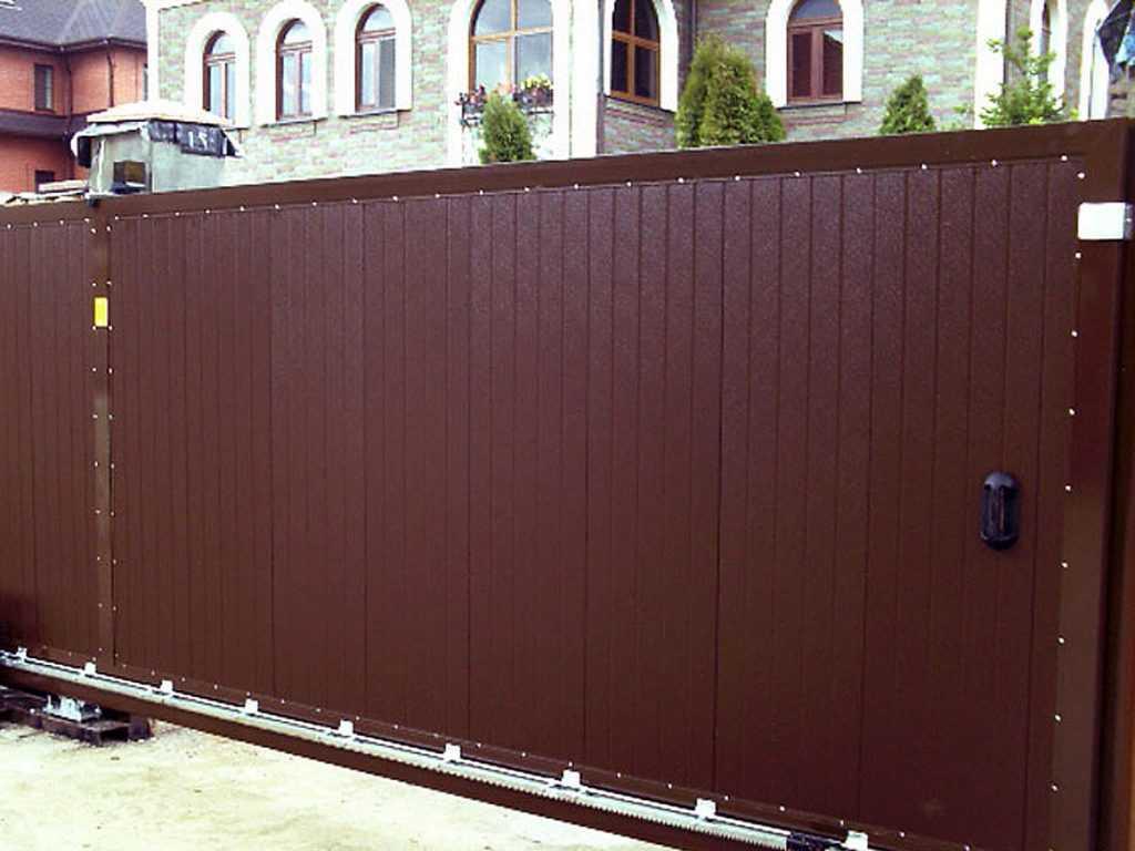 otkatnye vorota doorhan9 1024x768 - Як побудувати паркан з профнастилу своїми руками