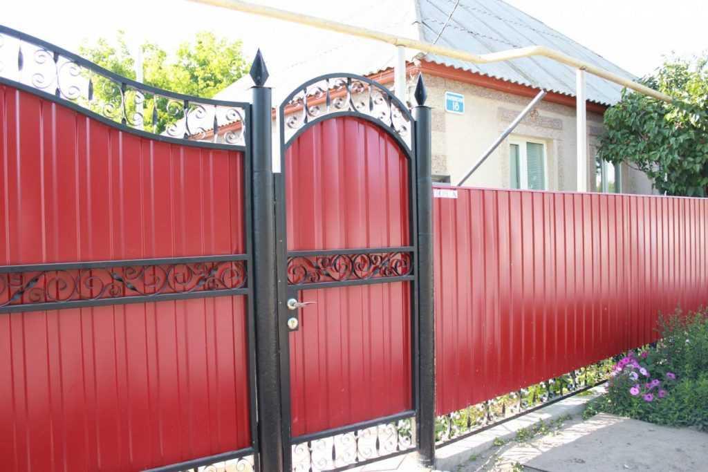 profzabor52 kalitki1 1024x683 - Як побудувати паркан з профнастилу своїми руками