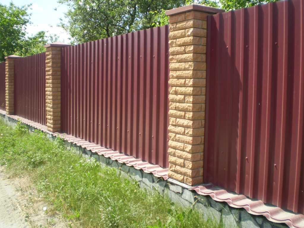 zabor iz profnastela 1024x768 - Як побудувати паркан з профнастилу своїми руками