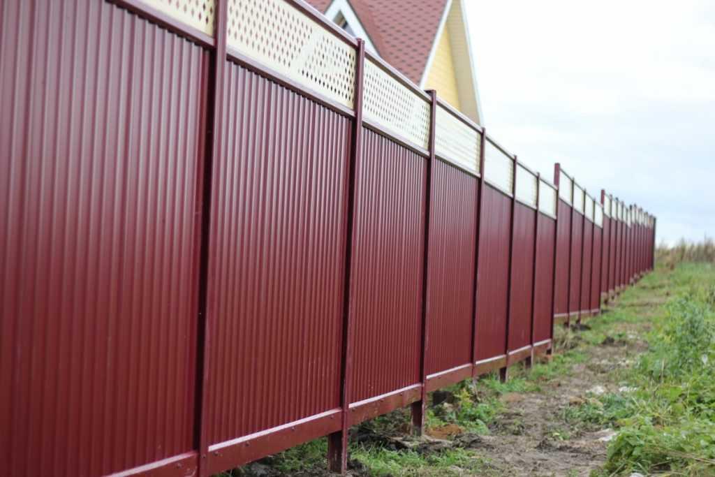 zabor iz profnastila3 1024x683 - Як побудувати паркан з профнастилу своїми руками