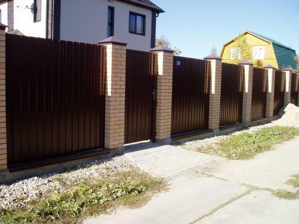 zabor metalloprofilja 08 1024x768 - Як побудувати паркан з профнастилу своїми руками